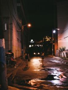 Callejón de Marshall's #2 (2008), C-Print 54 x 66 in. Santurce es ley (2008) - Fotografía por Tristán Reyes