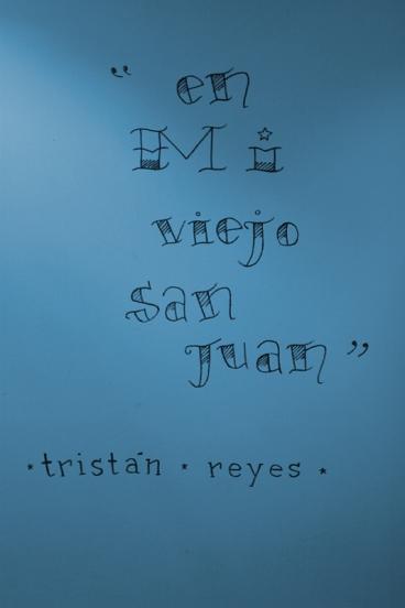 Por Daniel Cotte (Dibujado en la pared del lobby) en Mi viejo san juan (2003) - Exhibición fotográfica por Tristán Reyes