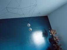 Discoball-(Blanca) (2005), Lambda Print 30 x 40 in. sitios cosas gente (2006) - Exhibición fotográfica por Tristán Reyes