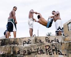 Pa' La Perla (2006), C-Print 42 x 54 in. Domingueando en La Perla (2006) - Fotografía por Tristán Reyes