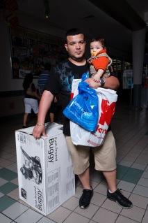 Papá e hijo (2009), Digital C-Print 32 x 48 in. El molero (2009) - Fotografía por Tristán Reyes - San Patricio Plaza (Guaynabo, PR).
