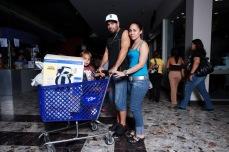 Shopping en familia (2009), Digital C-Print 32 x 48 in. El molero (2009) - Fotografía por Tristán Reyes - Mayagüez Mall (Mayagüez, Puerto Rico).